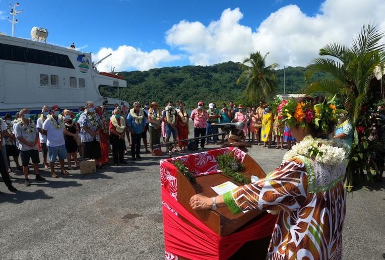 Tāvana Patricia Amaru, ravie que son île soit à présent une nouvelle escale de l'Aremiti 5 sur la ligne Apetahi Express.