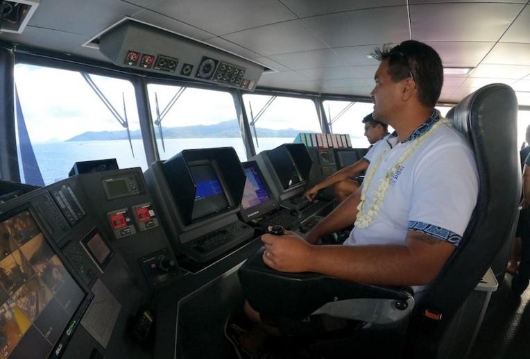 Dans le poste de pilotage de l'Aremiti 5.