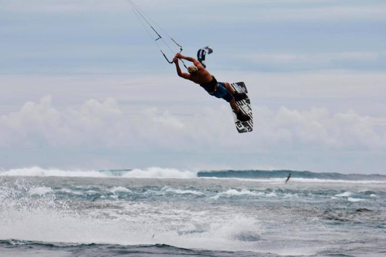 Le big air est une discipline des plus spectaculaires qui voit s'envoler à plusieurs mètres de haut les riders leur permettant d'enchainer divers tricks. (Photo : Tahiti Kite School)