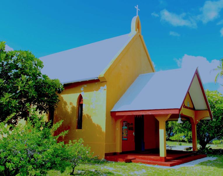 L'intérieur de la petite église de Tetamanu, à la passe sud de Fakarava ; l'édifice, très bien conservé, date de 1850. Ce fut la première église catholique des Tuamotu.