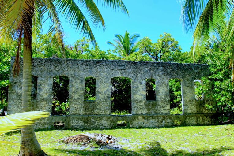 Ces ruines, à Tetamanu, sont celles de l'ancienne demeure du résident français. Le minuscule village fut autrefois la capitale administrative des Tuamotu, de 1880 à 1923.