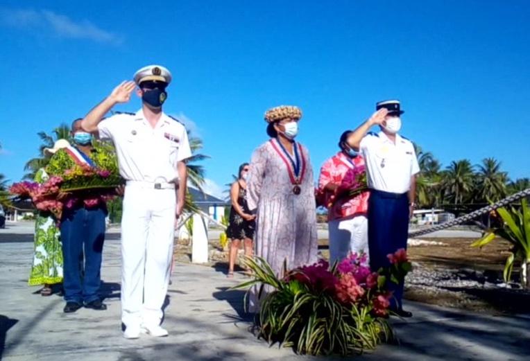 Le capitaine de l'Arago à gauche, tāvana Yseult Butcher-Ferry au centre et le commandant de la brigade de la gendarmerie de Hao à droite.