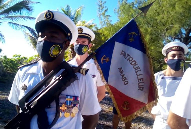 Le porte drapeau du patrouilleur Arago.