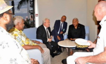 Le Contre-amiral fidjien Franck Bainimarama reçu à l'aéroport de Nouméa-La Tontouta par Victor Tutugoro (membre du FLNKS et Président désigné du GMFL, le Président du gouvernement de Nouvelle-Calédonie, Harold Martin et Roch Wamytan, 1er Vice-prés