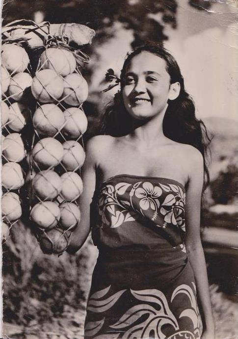 """Un vahine des années 50 devant un """"tötö"""", une glane d'oranges faite à partir d'écorce de l'hibiscussier sauvage que les polynésiens nommes """"pürau""""."""