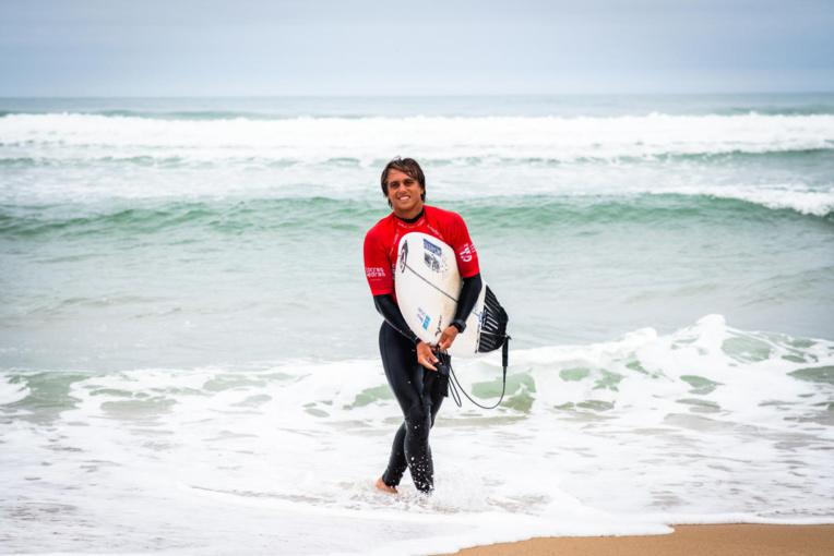 Kauli Vaast enchainera, mardi, encore au Portugal, avec le Caparica Surf Fest deuxième QS européen côté à 3 000 points.  (© Pedro Mestre/WSL)