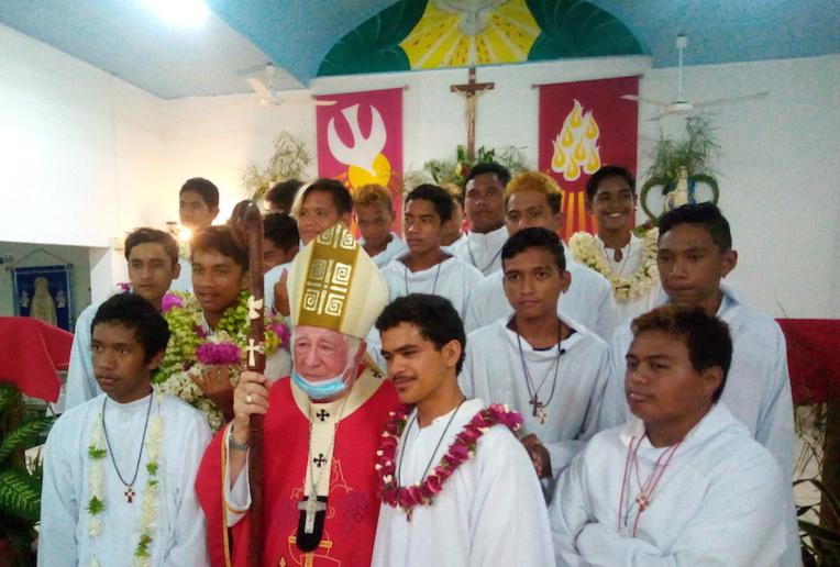 76 confirmations, 14 communions et 5 baptêmes ont été célébrés ce week-end par Monseigneur Cottenceau à Hao.