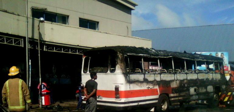 Un bus s'enflamme en plein centre de Suva