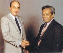 """Le 26 juin 1988, le """"Caldoche"""" Jacques Lafleur et le Kanak Jean-Marie Tjibaou signaient les accords de Matignon"""