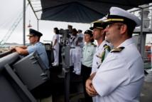 Haut commandement des marines américaine et française observent l'entrée au port de Nouméa de l'USS Pearl Harbor en début de semaine (Source photos : US Navy)