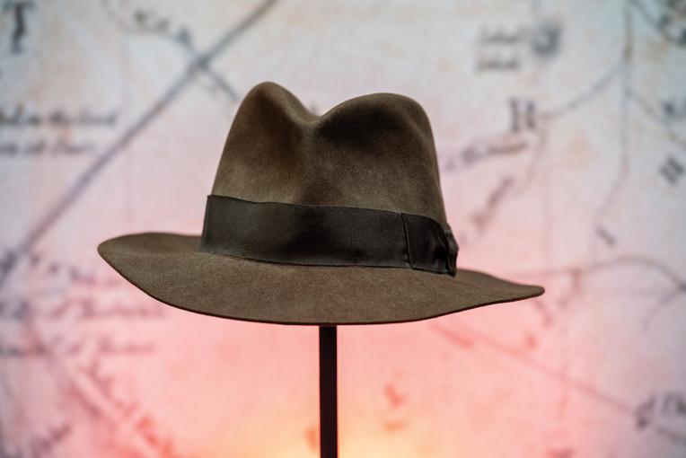 Le chapeau d'Indiana Jones et un droïde de Star Wars aux enchères à Los Angeles