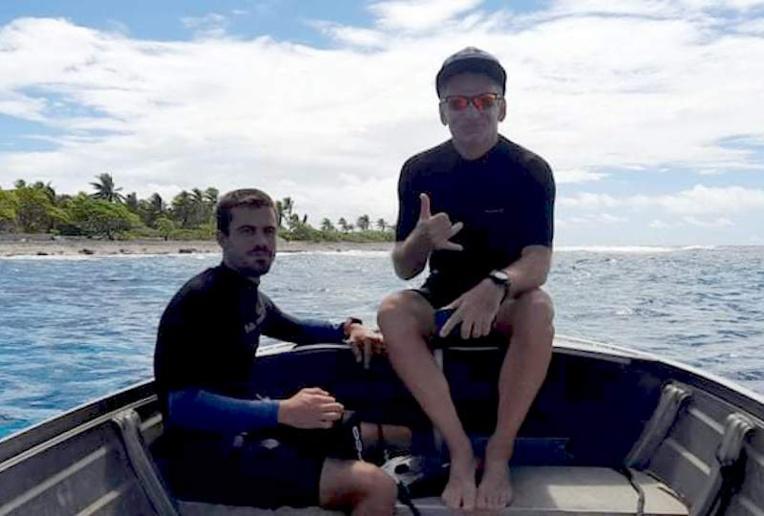 Loïc Delahaye et Juan Piron avant leur départ pour le tour de Rangiroa à la nage et à pied en autosuffisance.