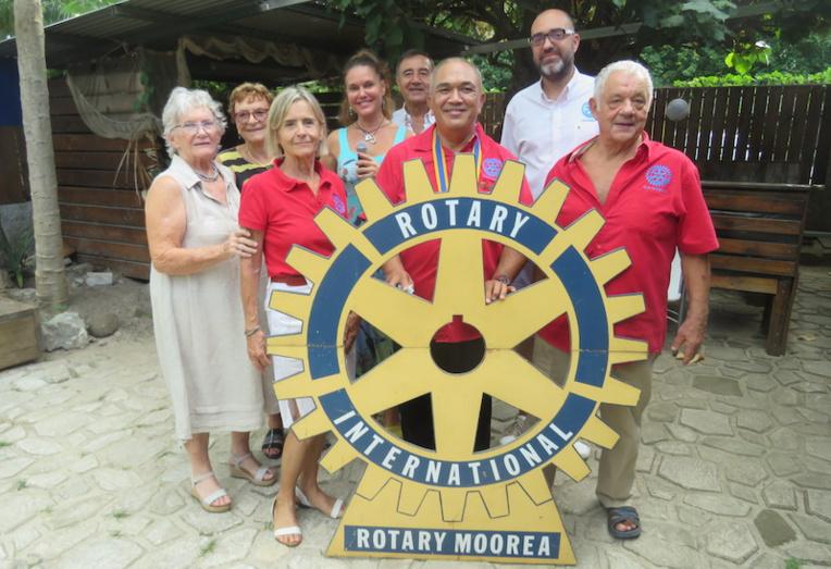 Les membres du Rotary Club de Moorea et leur nouveau président.