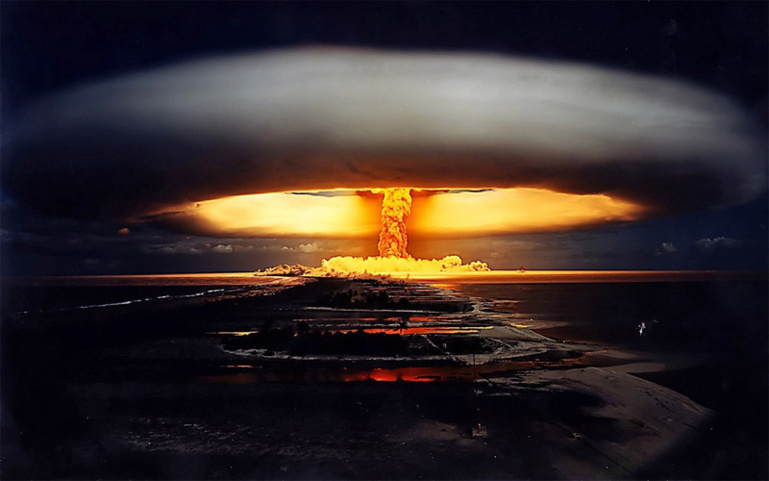 Tir aérien au-dessus de Moruroa. Après avoir procédé à 46 tirs nucléaires aériens à partir de 1966, de 1975 au 27 janvier 1996 la France a effectué 147 essais souterrains à Moruroa et Fangataufa.