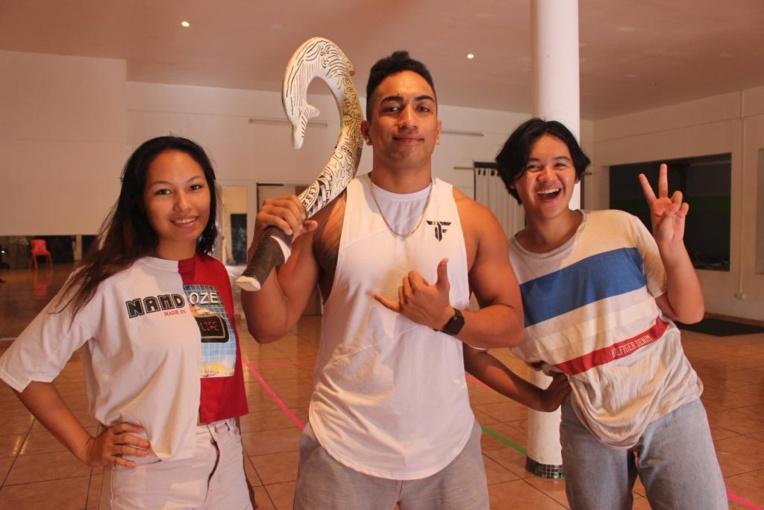Thomas Teheiura (au centre), danseur et professeur de danse il interprète Maui. Il est entouré de deux de ses élèves.