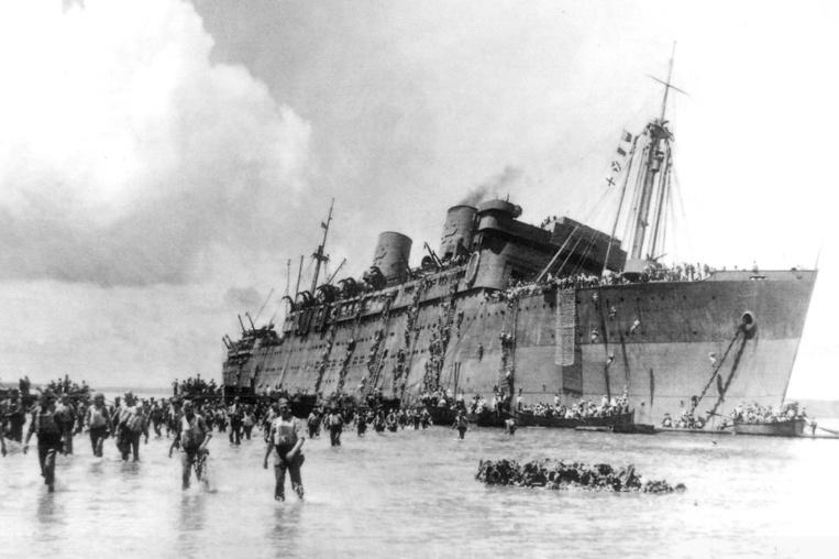 Le Coolidge n'a pas pu rester en équilibre sur la bordure du récif frangeant de l'île de Santo. Après une double explosion, il n'y eut aucune panique à bord et l'évacuation se fit en moins de deux heures.