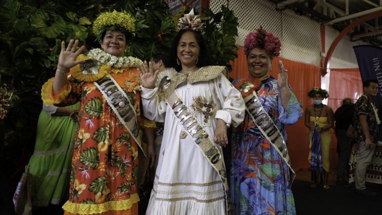 Émiline Tumahai entourée de ses deux dauphines, Régina Tauraa et Manania Esau.