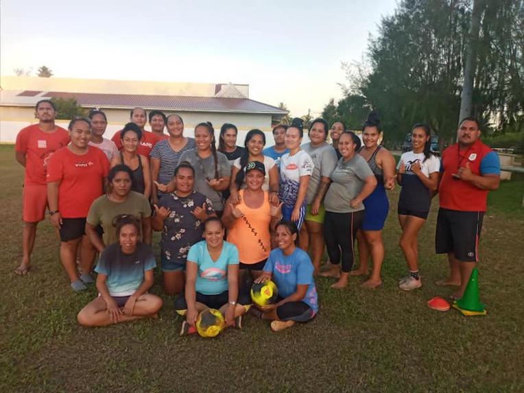 Une semaine du football féminin sur l'île de la perruche rouge