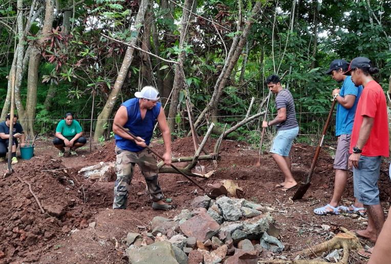 Les stagiaires ont activement participé à transformer un terrain vague en jardin paillé.