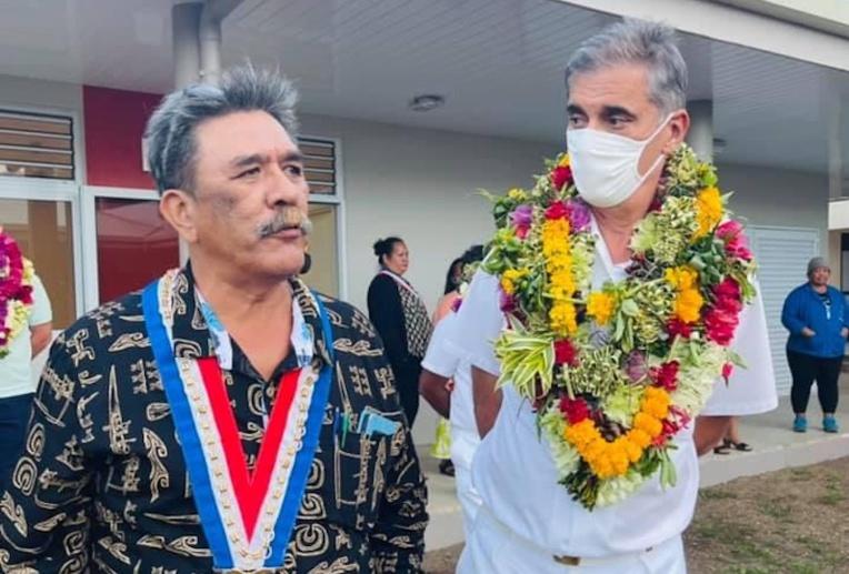 Dominique Sorain était à Rikitea mardi, accueilli notamment par le tāvana Vai Gooding. (crédit @commune des Gambier)