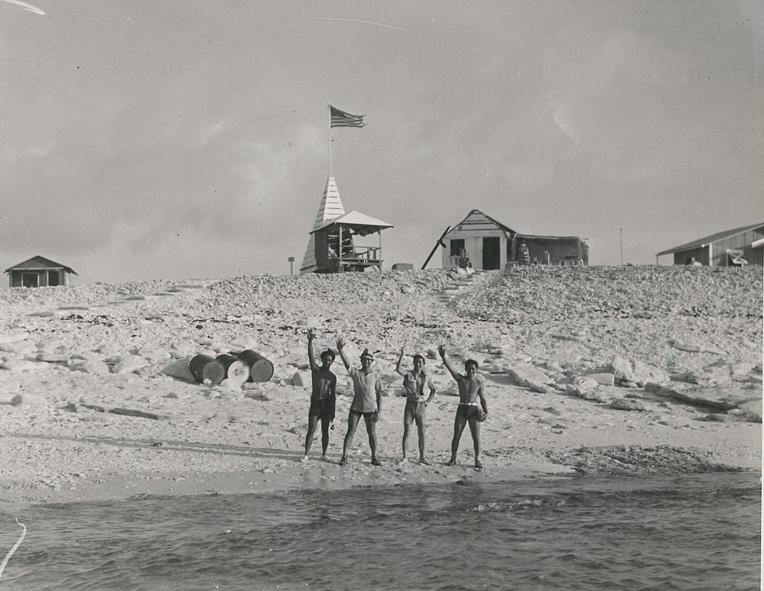 Le moment le plus émouvant du séjour, le départ du bateau ayant amené quatre jeunes Hawaiiens à Jarvis Island. Ils resteront seuls et isolés plusieurs mois.