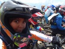 Inaki luccioni participe à la premiere megavalanche kids de l'alpe d'huez, plus grande course de vtt de descente au monde