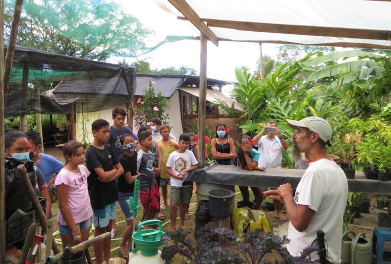 L'association va régulièrement à la rencontre des jeunes afin de transmettre son savoir sur l'autosuffisance alimentaire et les bases de la permaculture.