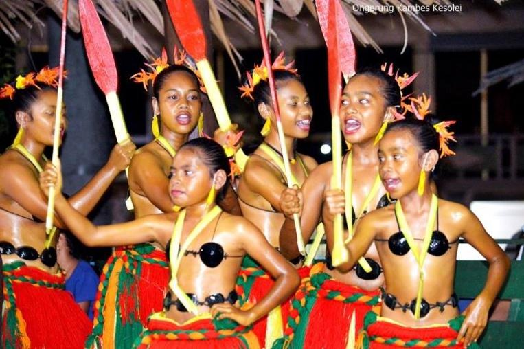 Après le grand massacre sur l'atoll de Sapwuahfik, les assaillants se partagèrent les jeunes et jolies femmes emmenées à Pohnpei. Bientôt elles reviendront avec leurs nouveaux compagnons, bourreaux et victimes cohabitant et donnant naissance à une petite société bien à part du reste de la Micronésie.