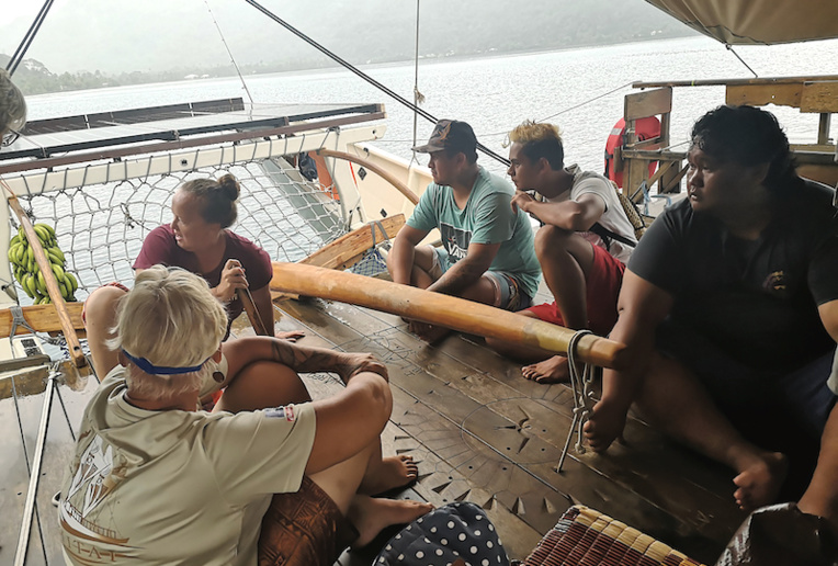 De riches échanges ont eu lieu à bord de la pirogue, entre l'équipage expérimenté en navigation et les jeunes en CAE qui travaillent sur la construction de deux va'a traditionnels.