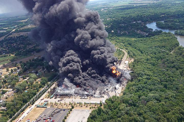 Etats-Unis: évacuation autour d'une usine chimique Lubrizol en feu