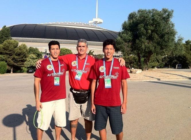 Michel SOMMERS, Anthony et Christopher CLARK devant la piscine de PALAU SAN JORDI à Barcelone.