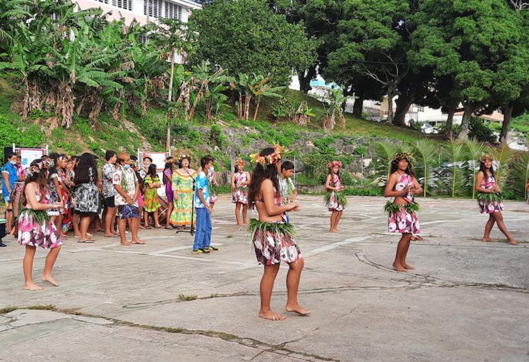 Les élèves de 6ème ont dansé sur My island Home.
