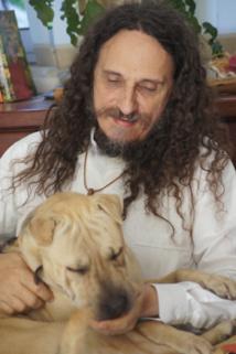 Outre les SDF, Père Christophe prend aussi le temps de recueillir un chien errant qu'il a baptisé Cathédrale. Crédit photo : EC