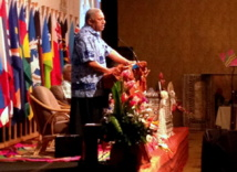 Le Premier ministre Contre-amiral fidjien Franck Bainimarama à la tribune : attaques contre le Forum des Îles du Pacifique. (Source photos : ministère fidjien de l'information)
