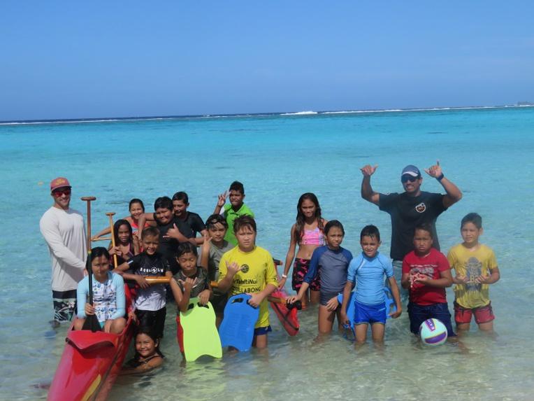 Dans l'eau de Temae pour apprendre et s'amuser