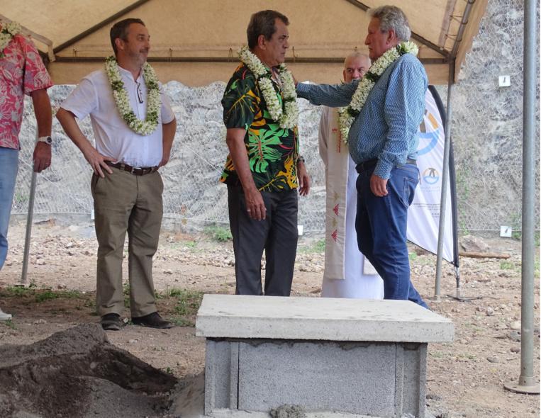 En présence de plusieurs ministres, Édouard Fritch et Jean-Christophe Bouissou ont posé la première pierre de la résidence Titioro Iti lundi après-midi.