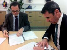Signature entre l'Ambassadeur de France, Stéphane Romatet et le Ministre de l'Éducation de l'État d'Australie occidentale Peter Collier pour l'établissement d'un projet d'école franco-australienne à Perth.