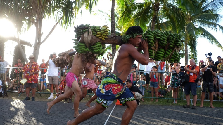 """Les athlètes de la catégorie """"Aito"""" devait transporter une charge de 50 kg et réaliser un tour et demi des jardins de Paofai."""