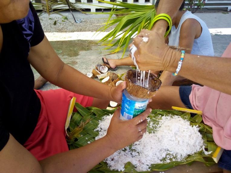 Du lait de coco au Heiva de Hao