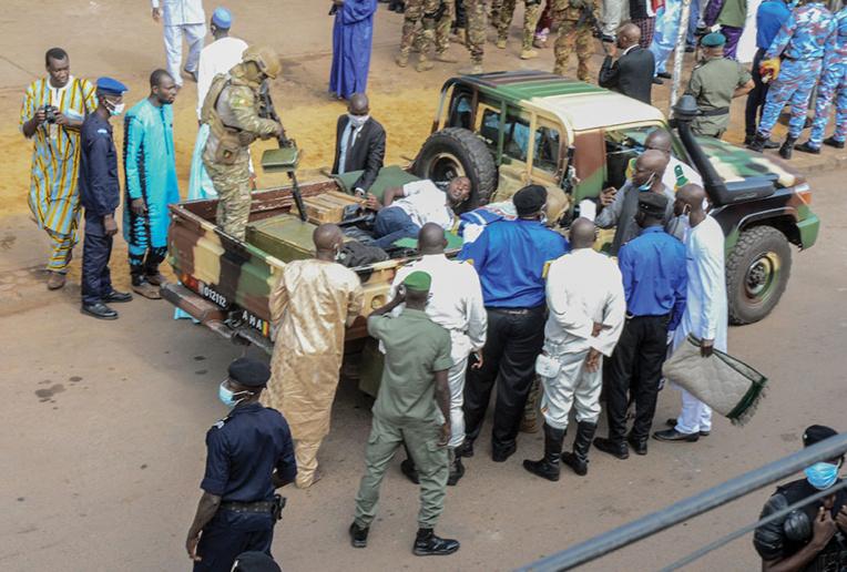 Mali: tentative d'assassinat manquée du président de transition lors de la prière de l'Aïd