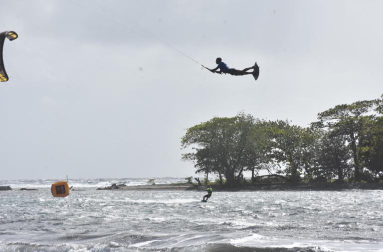 Les kite s'envoient en l'air à Hitimahana