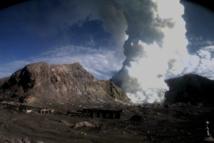 Le volcan et son panache mardi matin (Source photo : GNS Science)