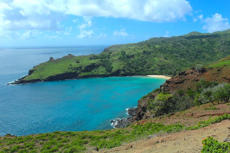 La superbe plage de Hanatekuua, sur la côte nord de Hiva Oa. Sauf à randonner deux heures (pour aller, autant pour revenir), Emmanuel Macron ne s'y rendra pas.