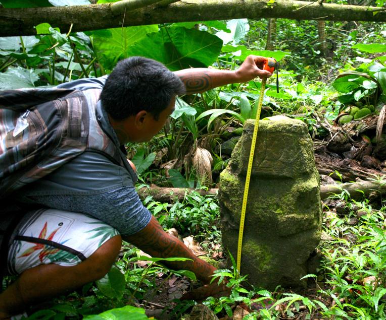 Le plus petit des deux tiki de Te Fiifii mesure 73 cm seulement. Est-ce après la publication de ces deux clichés par Tahiti Infos que la décision a été prise de les déplacer? Et si oui, pourquoi?