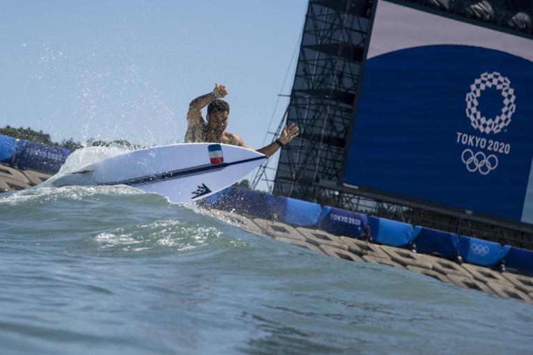 Michel Bourez a assuré l'essentiel dans les petites vagues du spot de Tsurigasaki Beach. (AFP/ Olivier Morin)