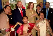 Francis Etienne et des danseurs Maori (Source photo : Ambassade de France en Nouvelle-Zélande)
