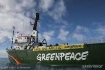 Le brise-glace de Greenpeace quitte l'Arctique, menacé par la Russie