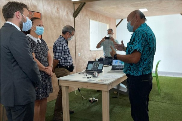 Un conseiller d'Emmanuel Macron visite la Polynesian Factory