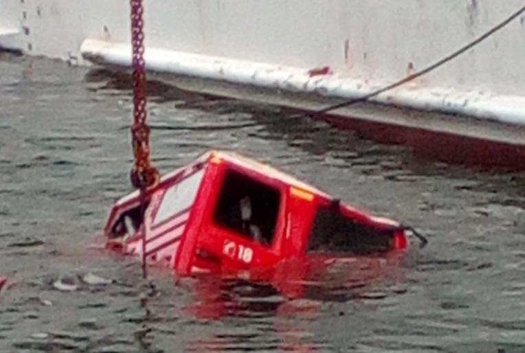 Avec l'aide des plongeurs du club Marquises diving, le véhicule fixé à un cable a pu être hissé hors de l'eau.