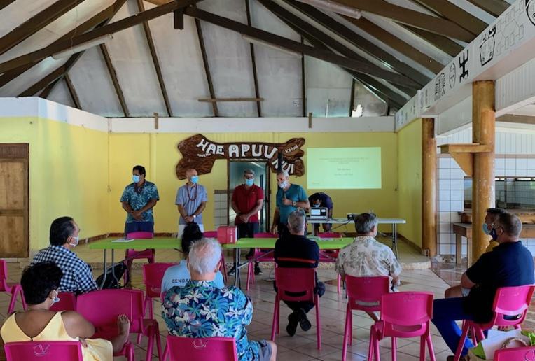 Warren Dexter, Cédric Chaveroche et François Coudert de la société de consulting Dexios animaient la rencontre avec la population et les élus municipaux.